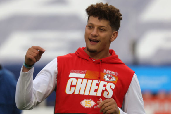 patrick-mahomes-hilariously-relates-to-ny-giants-qb-daniel-jones-after-tripping-on-huge-run