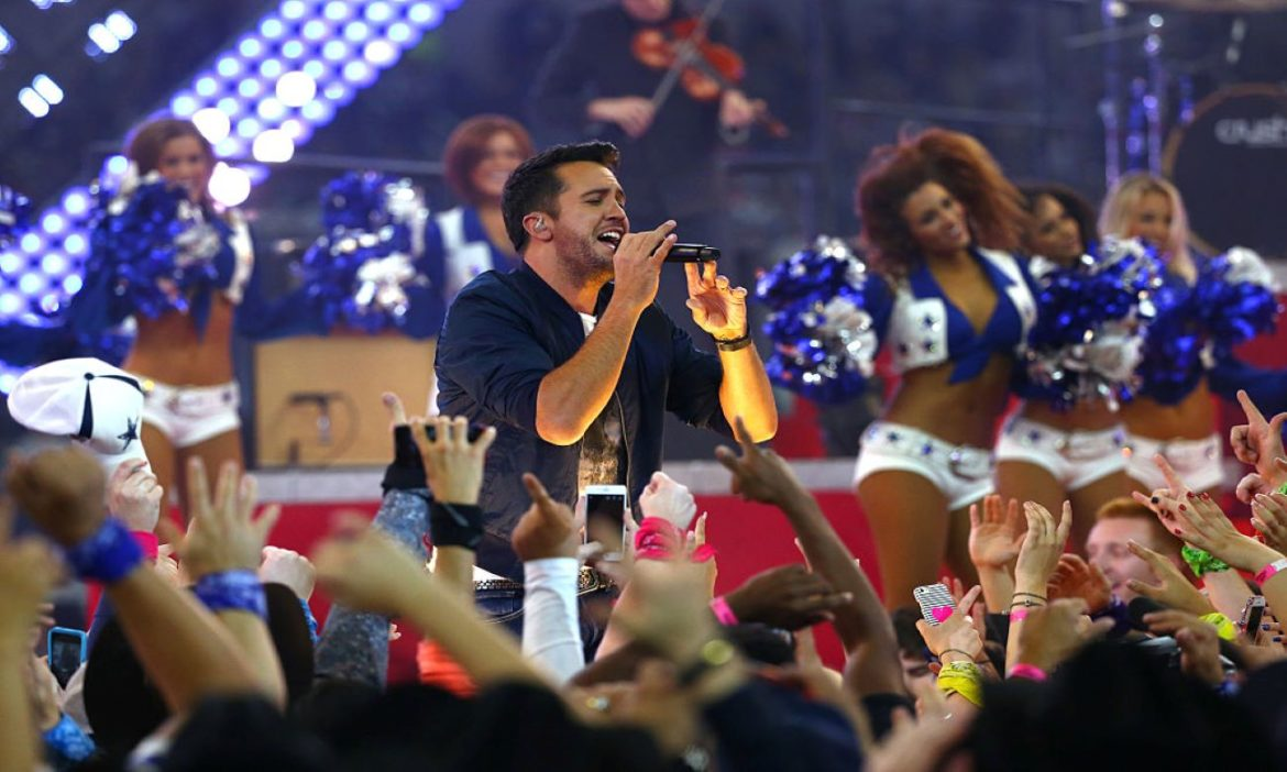 watch-luke-bryan-give-incredible-performance-for-2015-dallas-cowboys-thanksgiving-halftime-special