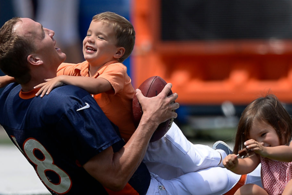 peyton-manning-introduces-his-son-ed-reed-other-nfl-greats