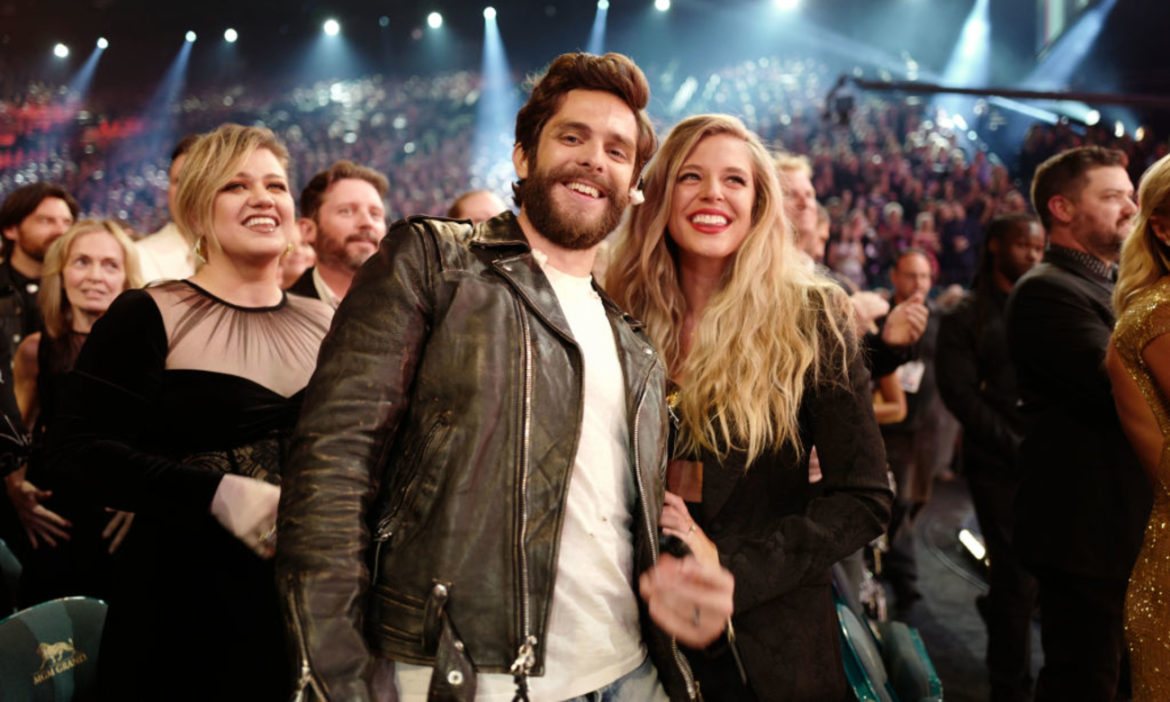 thomas-rhett-and-wife-lauren-akins-share-kiss-at-sunset-in-cabo-vacation-photo
