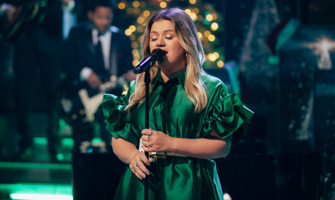 watch-kelly-clarkson-covers-dolly-partons-hard-candy-christmas