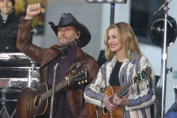 tim-mcgraw-faith-hills-daughters-show-offpost-christmas-beach-vacation-pics
