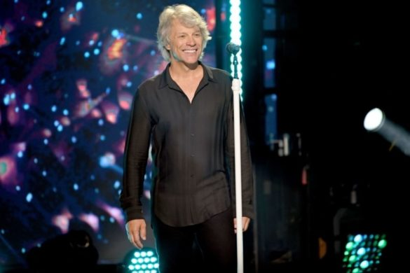 watch-jon-bon-jovi-crushes-conway-twitty's-its-only-make-believe-at-2013-concert