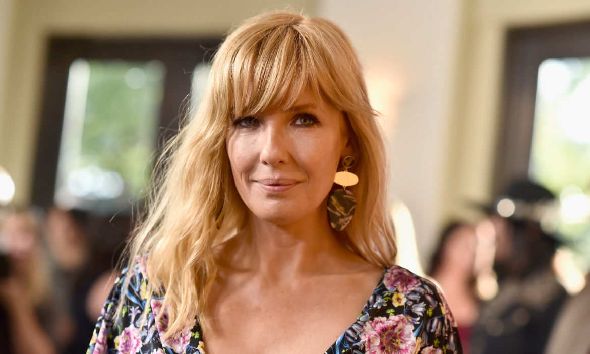 yellowstone-star-kelly-reilly-shows-love-team-that-make-me-beth-eye-catching-pic