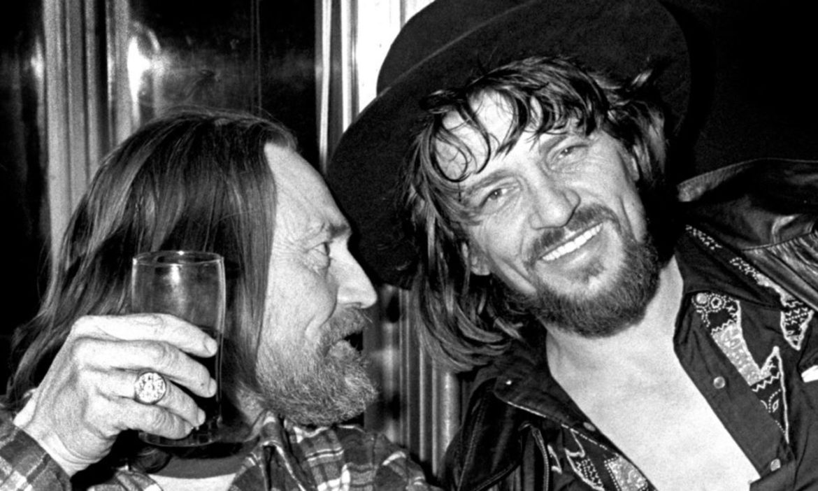 waylon-jennings-opens-up-about-what-willie-nelson-is-like-behind-the-scenes-in-80s-interview