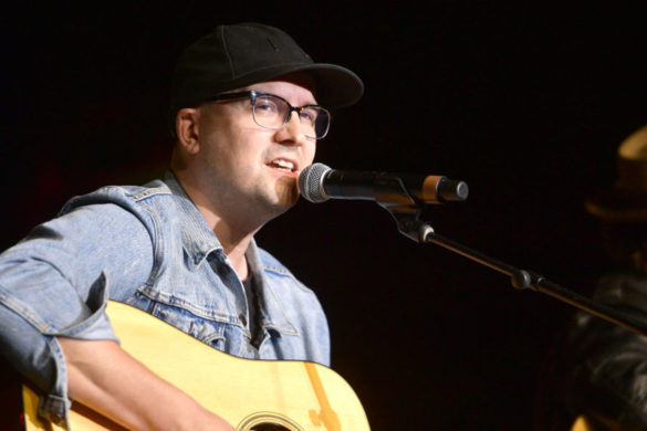 luke-laird-tells-hysterical-story-about-getting-decked-face-with-kix-brooks-guitar
