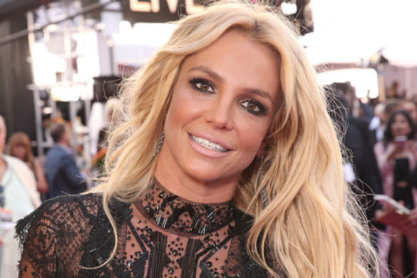 britney-spears-sparks-engagement-speculation-photos-show-wearing-ring-finger