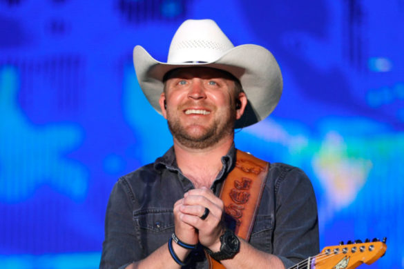 justin-moore-touchingly-honors-police-fire-departments-helped-the-ones-that-didnt-make-it-back-home