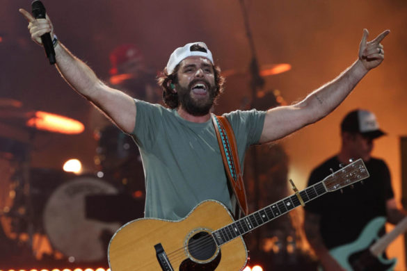 thomas-rhett-suits-up-throw-out-first-pitch-cubs-game-joyous-moment